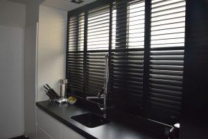 shutters-rolety-drewniane-w-kuchni